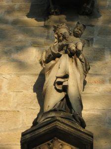 Fecioara şi pruncul de pe faţada Bisericii Calvaria