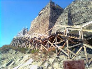 Schelăria de lemn înconjoară cetatea de la Deva